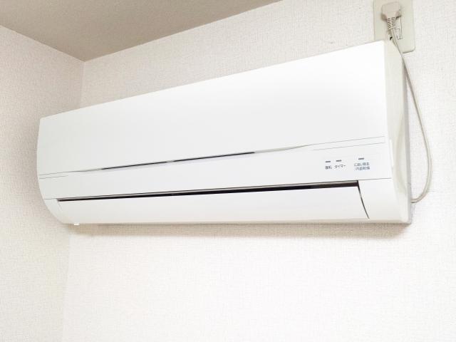 備え付けのエアコンの修理は自分でしないといけない?